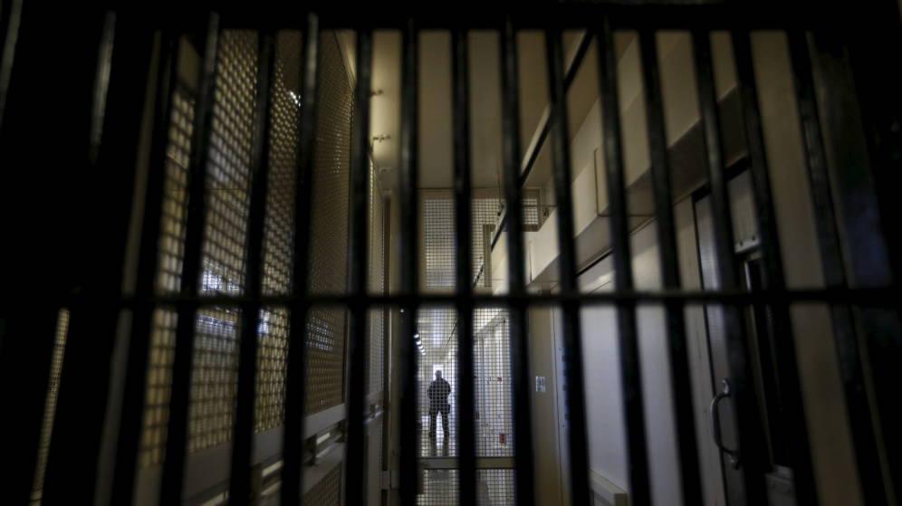 Foto: Un guardia es visto tras los barrotes en la prisión estatal de San Quintín, California. (Reuters)
