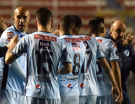 Jugadores de Bolívar y el DT Vinicius en el Estadio Hernando Siles. Foto: Archivo