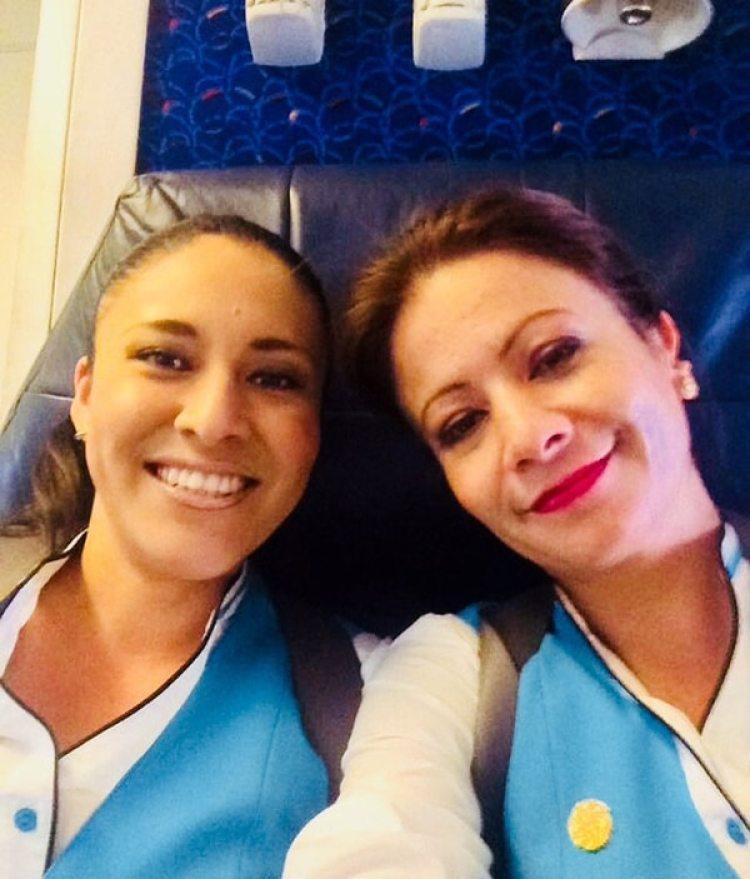 Fotografía sin fecha que muestra a Daniela Ríos, de 22 años, la sobrecargo que murió en el accidente de aviación el viernes 18 de mayo en Cuba, acompañada de Myrna Díaz (EFE)