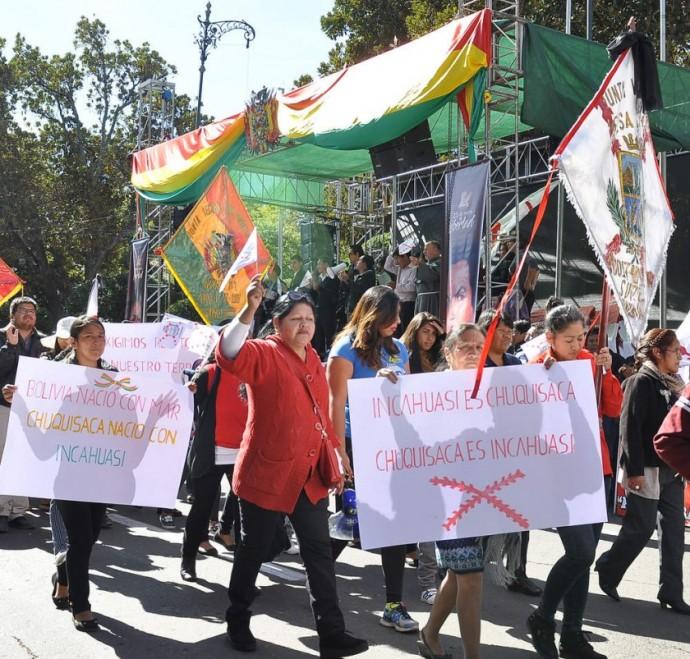 PROTESTA. Gran parte de las instituciones públicas y privadas, mediante pancartas, exigieron la devolución del campo Inc