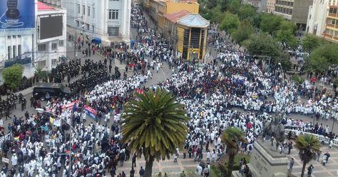 """La marcha de los """"mandiles blancos"""" como parte del paro médico. Foto: José Lavayen"""
