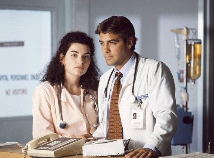 """George Clooney en una escena del drama """"ER"""" que fue todo un éxito"""