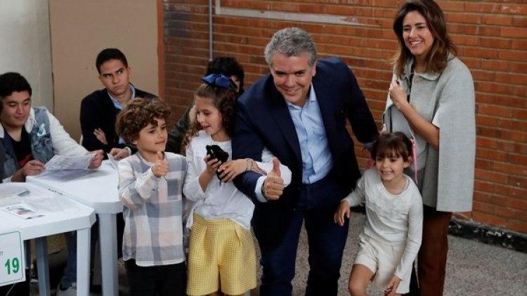 Duque votó junto a sus tres hijos y su esposa (Reuters)