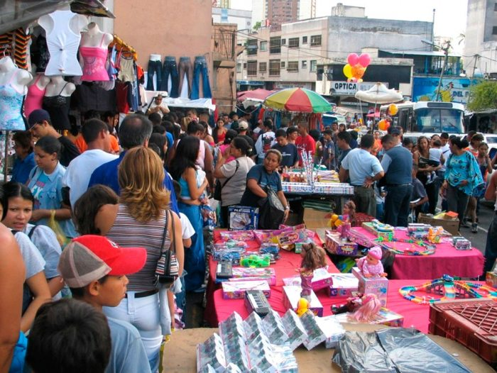 El mercado informal también se ve afectado por la reducción de ingresos de los hogares.