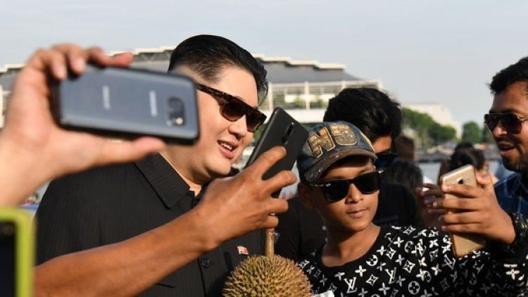 Los transeúntes buscaban una selfie con el imitador