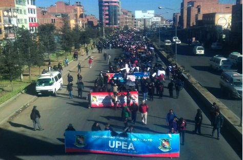 Funcionarios y universitarios de la UPEA marchan rumbo a La Paz para exigir justicia por la muerte de Jonathan Quispe.