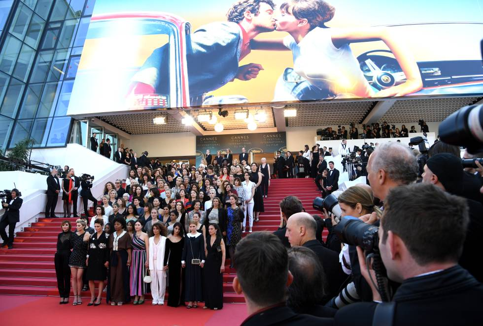 82 mujeres posan en la escalinata del Palais du Festival de Cannes.