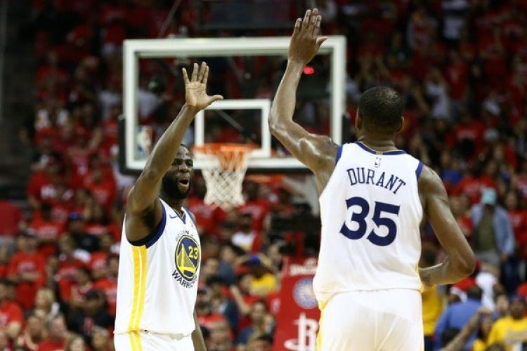 Draymond Green (23) y Kevin Durant (35) durante la final de la serie del Oeste (Troy Taormina-USA TODAY Sports)