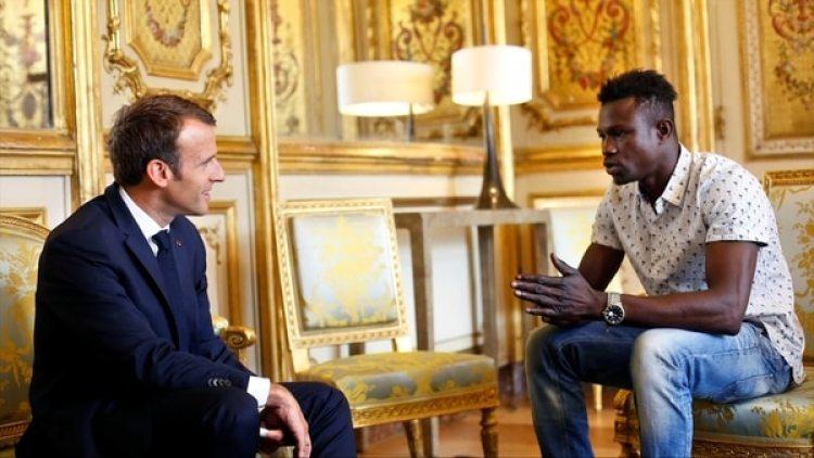 """Macron felicitó a Gassama por """"un acto excepcional"""" y dijo que Francia le dará un empleo en los servicios de emergencias. """"Obviamente, pondremos todos sus documentos en orden y, si lo desea, iniciaremos el proceso de naturalización para que pueda convertirse en francés"""", añadió. (Thibault Camus/Reuters)"""