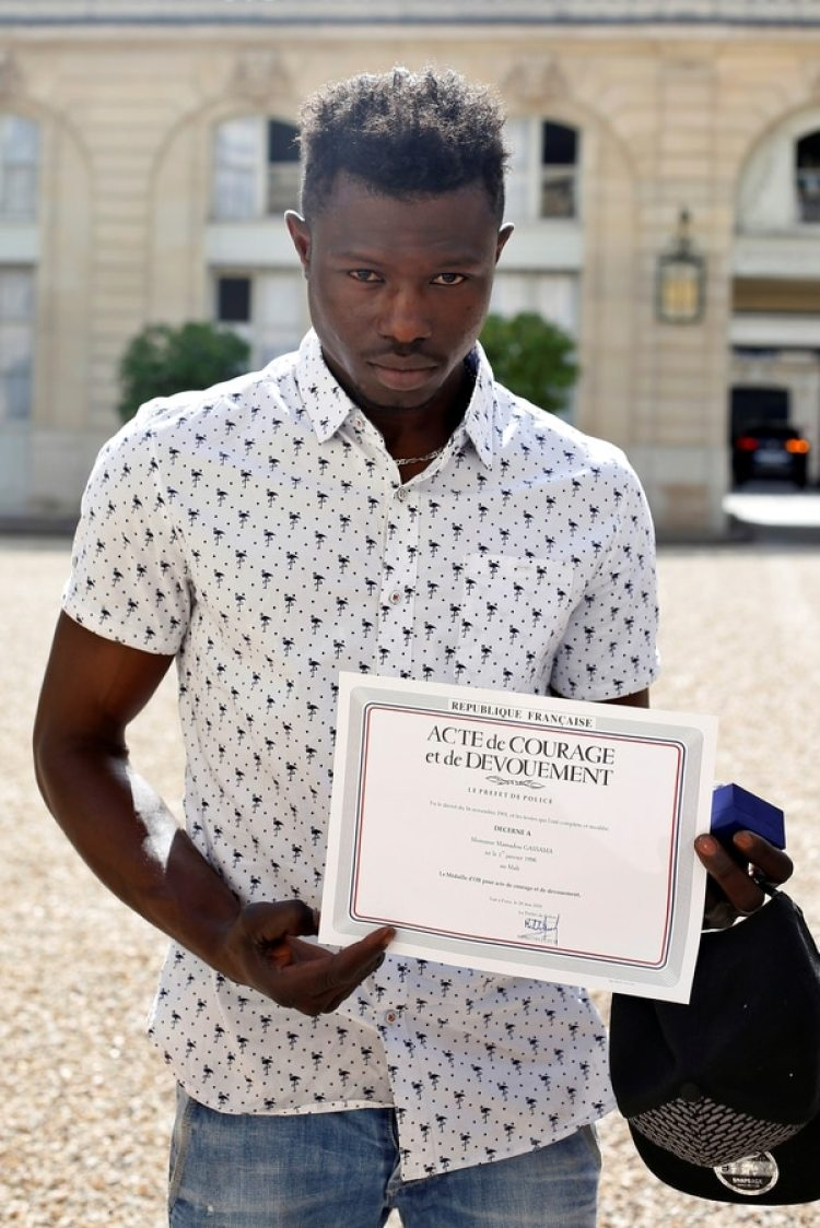 """""""Es la primera vez que gano un trofeo como éste"""", dijo, refiriéndose a un diploma y una medalla que le fue entregada por """"acto de coraje y abnegación"""" que recompensa a """"toda persona que, en peligro de su vida, socorre a una o varias personas en peligro de muerte"""". (Thibault Camus/Reuters)"""