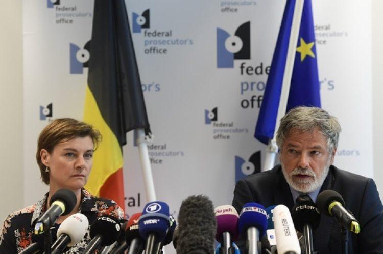 Los funcionarios del Ministerio Público Wenke Roggen y Eric Van der Sypt en conferencia de prensa (AFP)