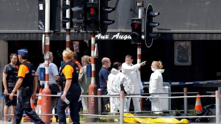 Investigadores de la policía en la escena del crimen (Reuters)