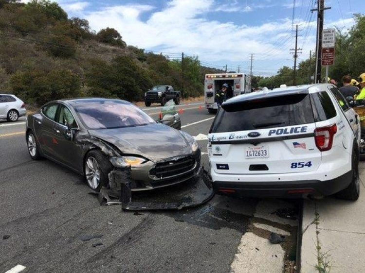 Un sedanTesla chocó a un auto de la policía en Laguna Beach, California.