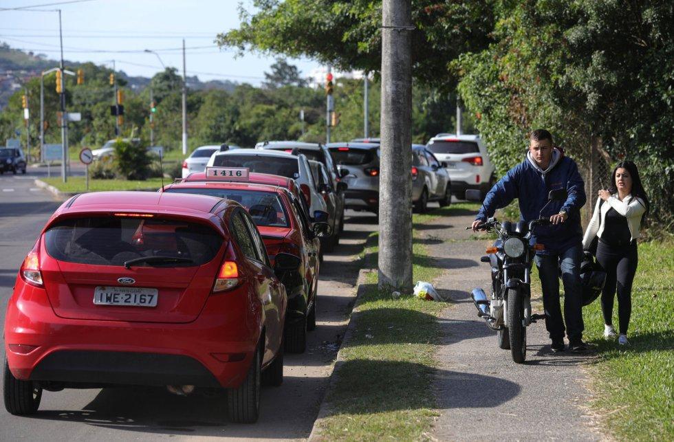 Un hombre empuja su motocicleta tras quedarse sin combustible en Porto Alegre (Brasil), el 29 de mayo de 2018.