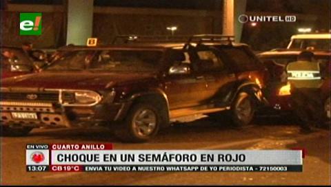 Vehículo impacta contra otro que estaba parado por el semáforo en rojo