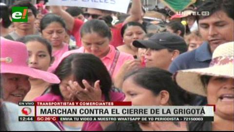 Transportistas y gremiales marcharon contra el cierre de la avenida Grigotá