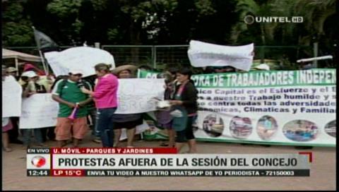 Gremiales protestan afuera de la sesión del Concejo Municipal por el reordenamiento