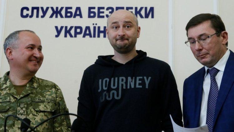 Arkady Babchenko durante la conferencia de prensa en la que reveló estar vivo. (REUTERS/Valentyn Ogirenko)