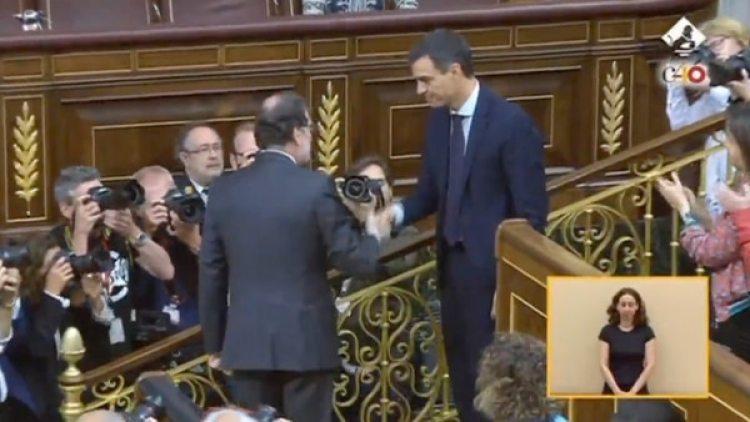 Mariano Rajoy saluda a Pedro Sánchez apenas terminada la votación que dio por finalizada su gestión de gobierno