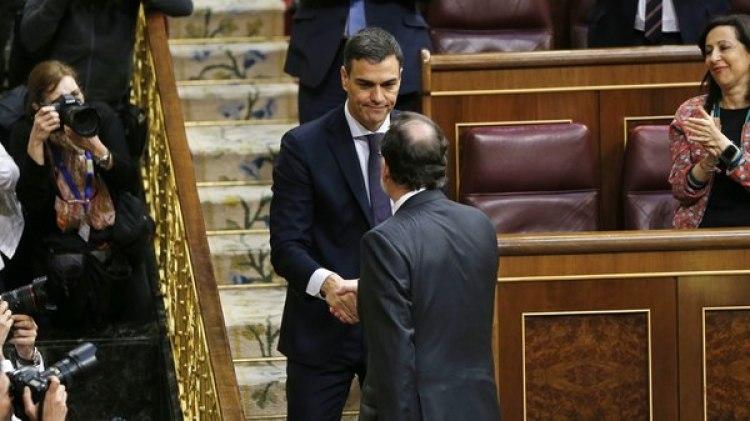El momento del saludo entre el presidente saliente y el nuevo mandatario (AP)