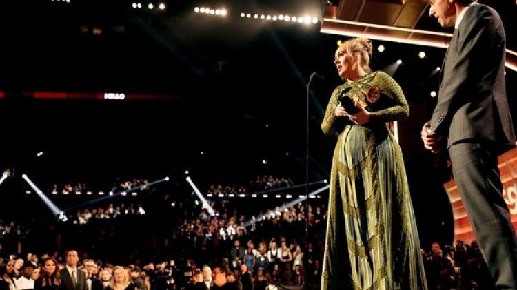 Adele, al recibir uno de sus cinco Grammy (Getty)