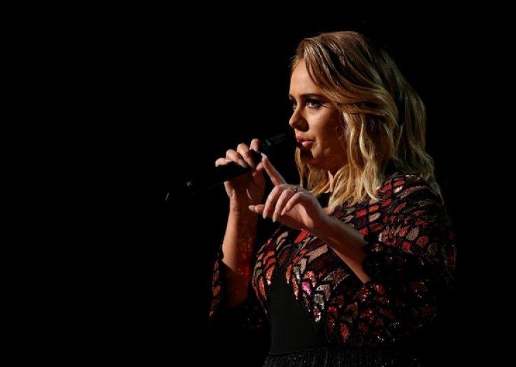 """Adele canta """"Hello"""" en los Grammy Awards en Los Angeles, California, en febrero de 2017. Su voz ya había cambiado (Reuters)"""