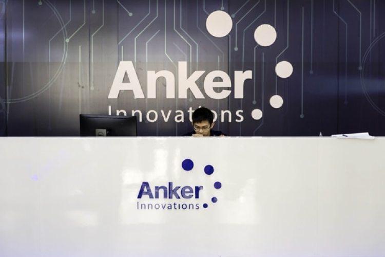 Un empleado sentado en el área de recepción en la oficina de Anker Innovations Technology Co. en Shenzhen (China) (Bloomberg / Qilai Shen)