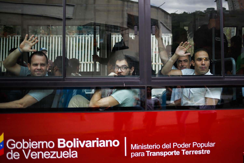 """Un grupo de """"presos políticos"""" son trasladados desde la sede del Servicio Bolivariano de Inteligencia (Sebin) a la Cancillería venezolana hoy, sábado 02 de junio de 2018, en Caracas (Venezuela). El Supremo ordenó el viernes la excarcelación de 39 personas a propósito de la """"pacificación nacional"""" promovida por el Ejecutivo, aunque la mayoría de los liberados deberán cumplir un régimen de presentación mensual ante tribunales, tienen prohibido salir del país o hablar públicamente. EFE/Cristian Hernández"""