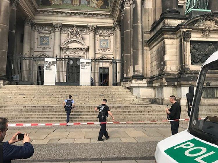 Policía armada en las puertas de la Catedral (AFP)