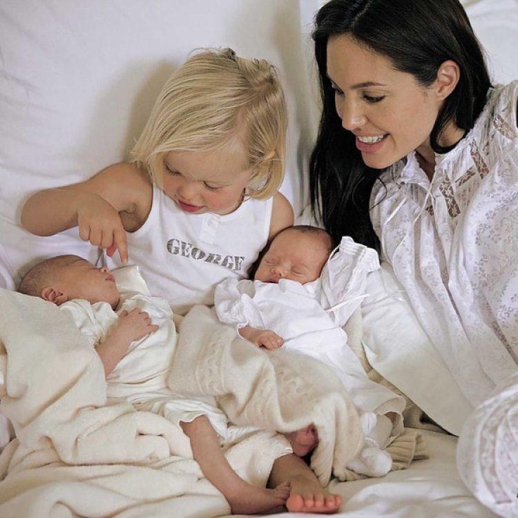 Angelina Jolie dio a luz a los mellizos Knox y Vivienne en el 2008