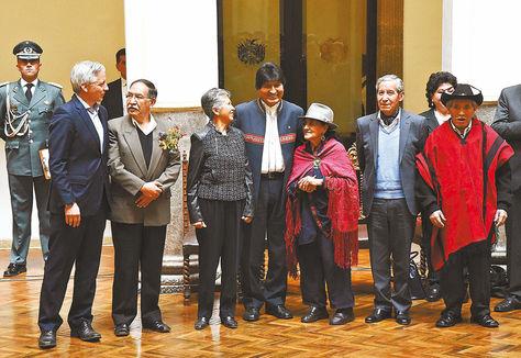 La Comisión de la Verdad, en agosto de 2017, cuando fue posesionada, junto con el Presidente y el Vicepresidente. Foto: archivo Miguel Carrasco