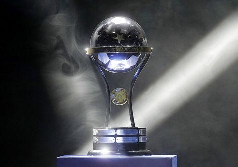 El trofeo de la Copa Sudamericana. Foto: Archivo AFP