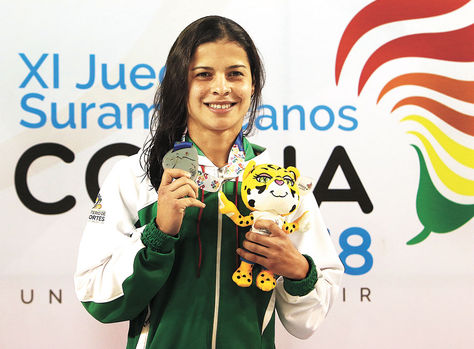 La nadadora valluna muestra una de las medallas de plata que ganó y un peluche de Nuna, una de las mascotas. Foto: APG