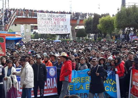 La Asamblea General Docente Estudiantil de la UPEA que se instaló este miércoles en la Ceja de El Alto.