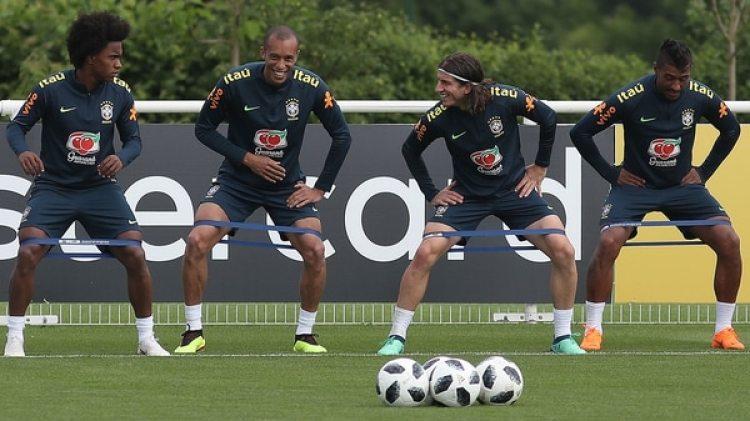 Rostros distendidos en la práctica de Brasil: Willian, Miranda, Filipe Luis y Paulinho (Foto: AFP PHOTO / Daniel LEAL-OLIVAS)