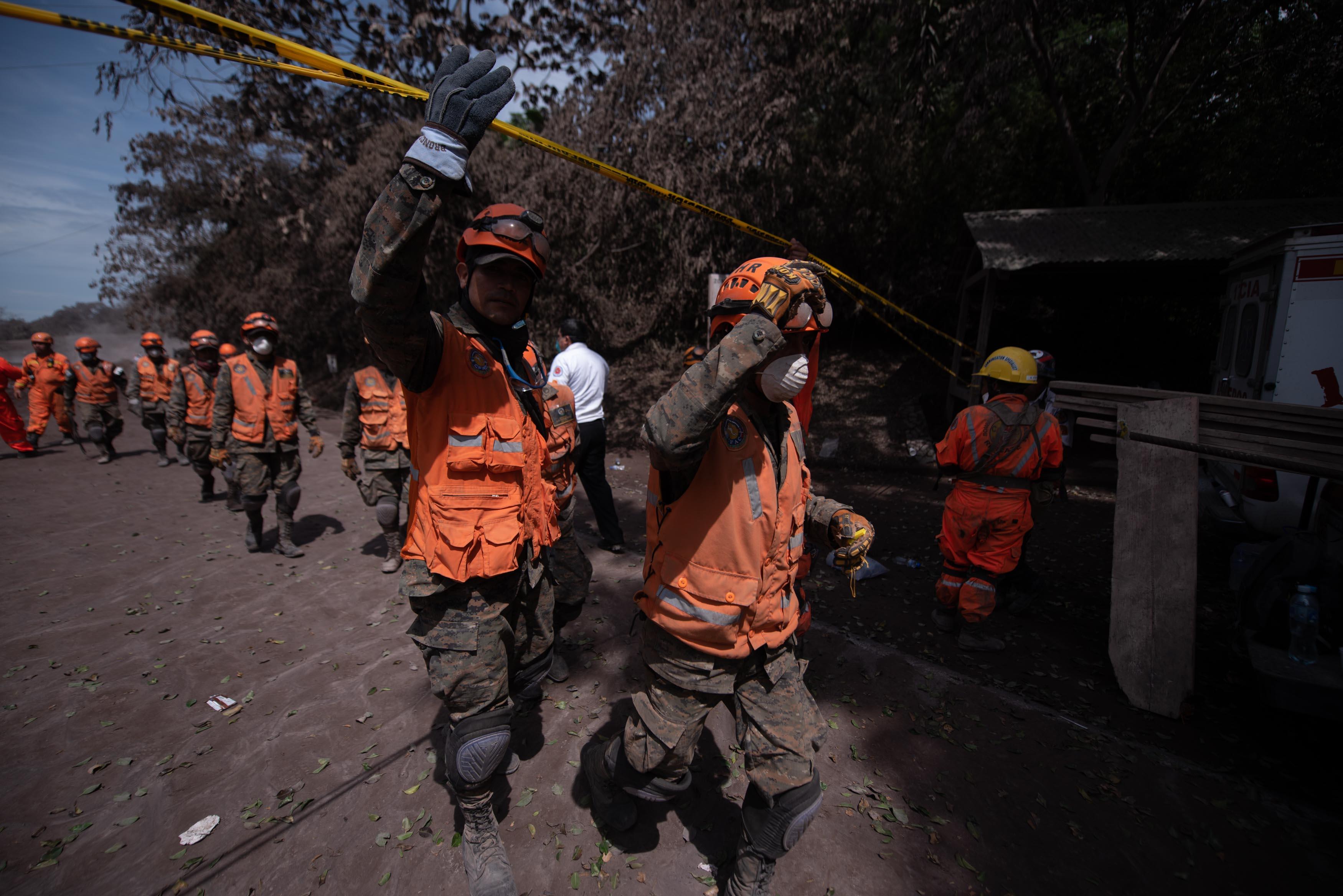 ACOMPAÑA CRÓNICA: GUATEMALA VOLCÁN - GU3004. EL RODEO (GUATEMALA), 06/06/2018.- Rescatistas del ejército salen hoy, miércoles 6 de junio de 2018, de la zona del desastre en el Rodeo, departamento de Escuintla (Guatemala), causado por el volcán de Fuego el domingo pasado. El 3 de junio de 2018 no fue un domingo cualquiera. La muerte sorprendió a muchas familias guatemaltecas reunidas en sus hogares por ser, normalmente, día de descanso, pues la potente erupción del volcán de Fuego los dejó atrapados en sus viviendas y ya suman oficialmente 84 fallecidos. EFE/Santiago Billy