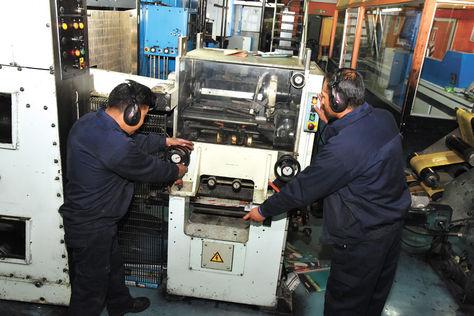 Industria. Dos operarios en una industria privada de la sede de gobierno. Foto: José Lavayén