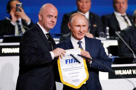 El presidente de la FIFA Gianni Infantino junto al presidente ruso Vladimir Putin en el 68º Congreso de la FIFA en Moscú, Rusia.