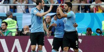 Uruguay aprovechó un insólito error del arquero de Arabia Saudita y se clasificó a octavos de final