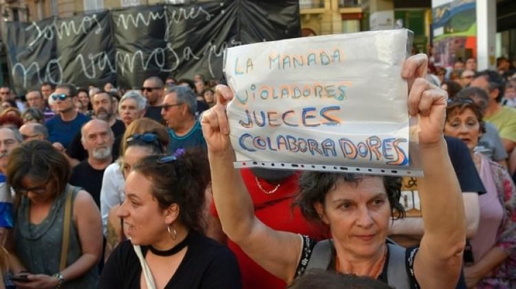 """""""Jueces colaboradores"""", dice una pancarta de una manifestante (AFP)"""