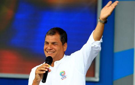 El expresidente de Ecuador, Rafael Correa, saluda a sus partidarios. Foto: Archivo EFE