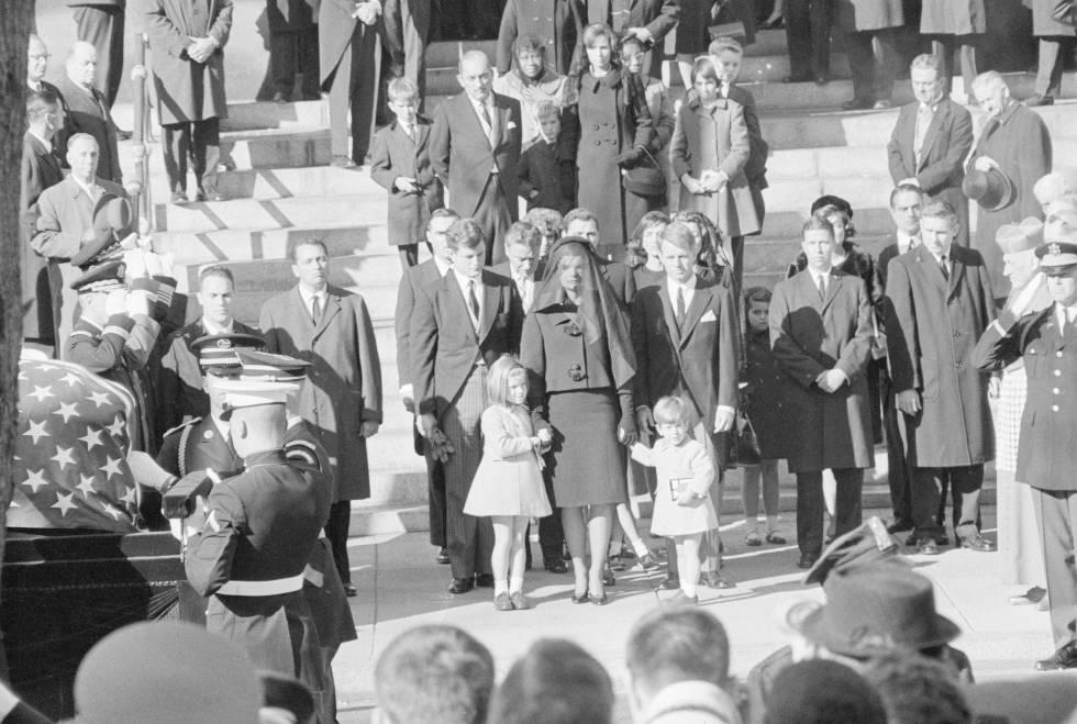 Jackie Kennedy junto a sus hijos, Caroline y John, tras el féretro del presidente John F. Kennedy, el 25 de noviembre de 1963.