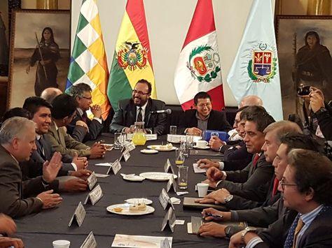 La reunión bilateral que sostuvieron las delegaciones de Bolivia y Perú en Cochabamba.