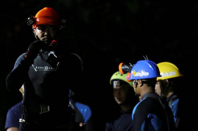 Buzos tailandeses se preparan para entrar en la cueva. (Reuters)