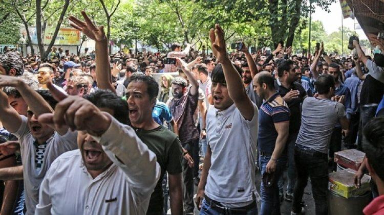 Protesta de comerciantes contra las medidas del gobierno en Irán (AP)
