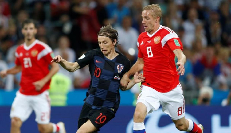 Modric cuidando la pelota ante la aparición de un rival ruso. (Foto: AFP)