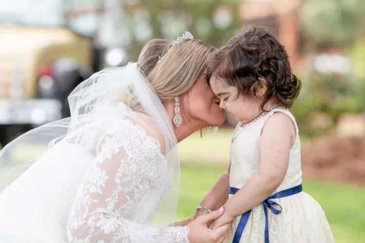 Hayden Hatfield da un beso a la pequeña Skye el día de su boda (Cortesía Hayden Hatfield)