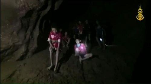 Rescatan a seis de los 12 niños atrapados en una cueva de Tailandia