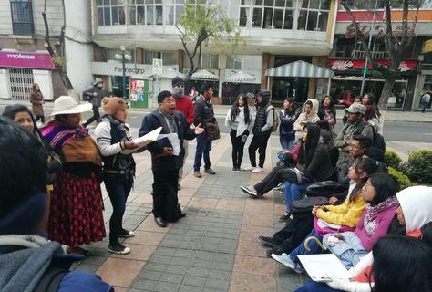 Un docente de la UPEA dicta clases en el Prado de La Paz como medida de protesta.
