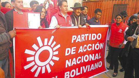 Militantes del Partido de Acción Nacional Boliviano presentan su personería jurídica